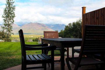 Terrasse mit Aussicht in den Hestasport Ferienhäuser, Island