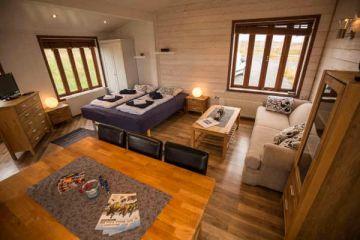 Wohn- und Schlafbereich im 2 Personen Cottage in den Hestasport Ferienhäuser, Island