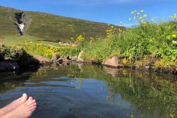 Bad mit Aussicht im Bauerngasthof Heydalur auf Ihrer individuellen Island Rundreise